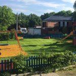 założenie od nowa trawnika z siewu, systemu nawadniania i stref bezpiecznego upadku